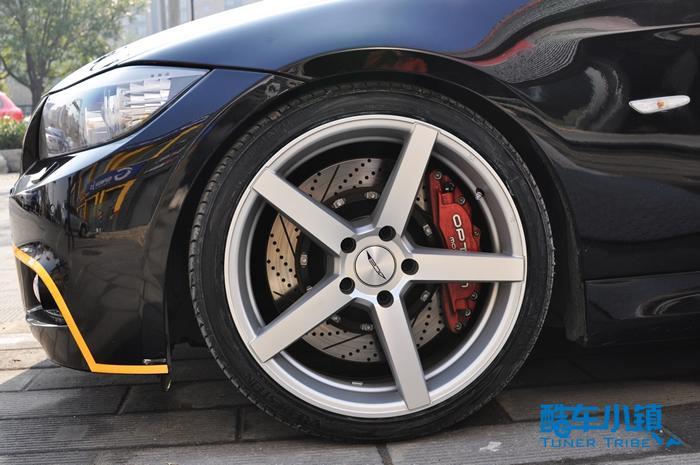以操控性见长的宝马,在操控性上的改装作业不计其数,其中轮毂的改装占了很大的一部分,正如进入迪克萨的这辆3系轿车。  【后轮效果】  【侧面效果】  【简约大气】  【侧前方效果】  【深凹效果】  【粗壮简洁】 车主为爱车选择的是来自美国的D712轮毂,这款作为ACE近年畅销的产品,其简约的设计被不少车友认同。粗壮简洁的轮毂幅条充分延展至轮毂边缘,中心孔相比一般轮毂更深,配合原厂简洁动感的车身线条,更加淋漓尽致的体现出了3系高端、大气、运动同时又不失优雅的气质。而且,这幅好的轮毂在车辆操控方面带来的也是非