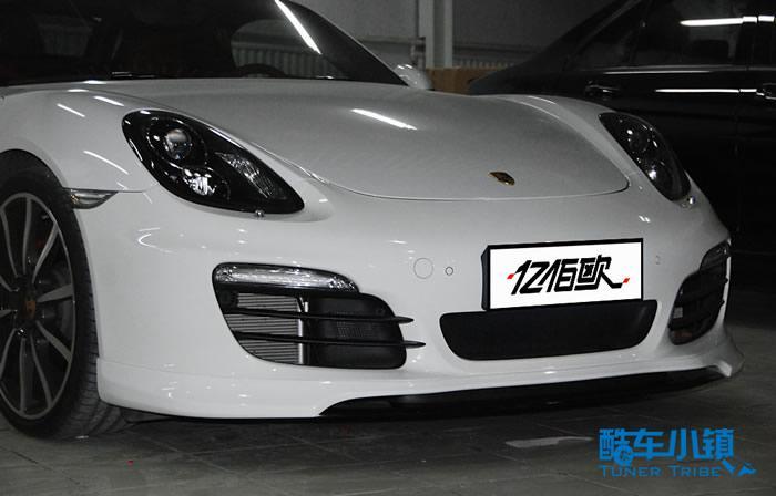 以优异的改装技术闻名于世和以狂野造型与杰出质感著称的改装名家TechArt一直以来都是改保时捷(Porsche)的,秉承TECHART一贯的设计理念以及在制造标准和制造工艺上的不懈追求,TECHART对于保时捷的个性化升级是全系列的。动态的流线型车身,强劲的外观造型,以此给人更强的视觉冲击力,同时也有更多的外观套件可供选择。  【前脸效果】  【凶悍非常】  【细节效果】  【雾灯效果】  【侧后方效果】  【中出排气】  【尾翼】 就像亿佰欧接待的这款保时捷981选择的就是这个改装名家推出的前唇和尾翼,